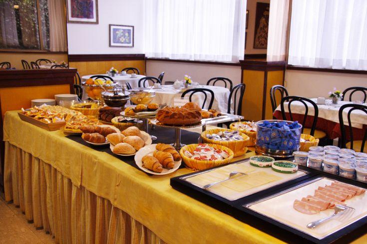 Buffet dolce e salato con torte e dolci fatti in casa. Prodotti per celiaci