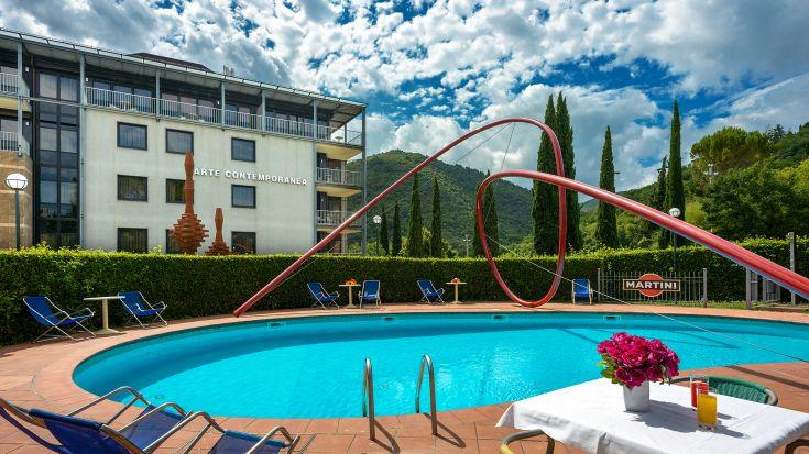 Piscina esterna con spogliatoi e lettini presso Albornoz Palace Hotel di Spoleto