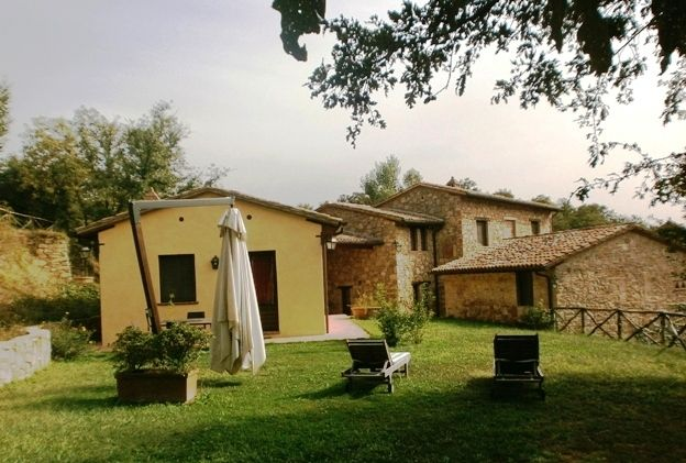 The cottage La Roverella, in the complex Molinella, has its own garden equipped for eating outside.